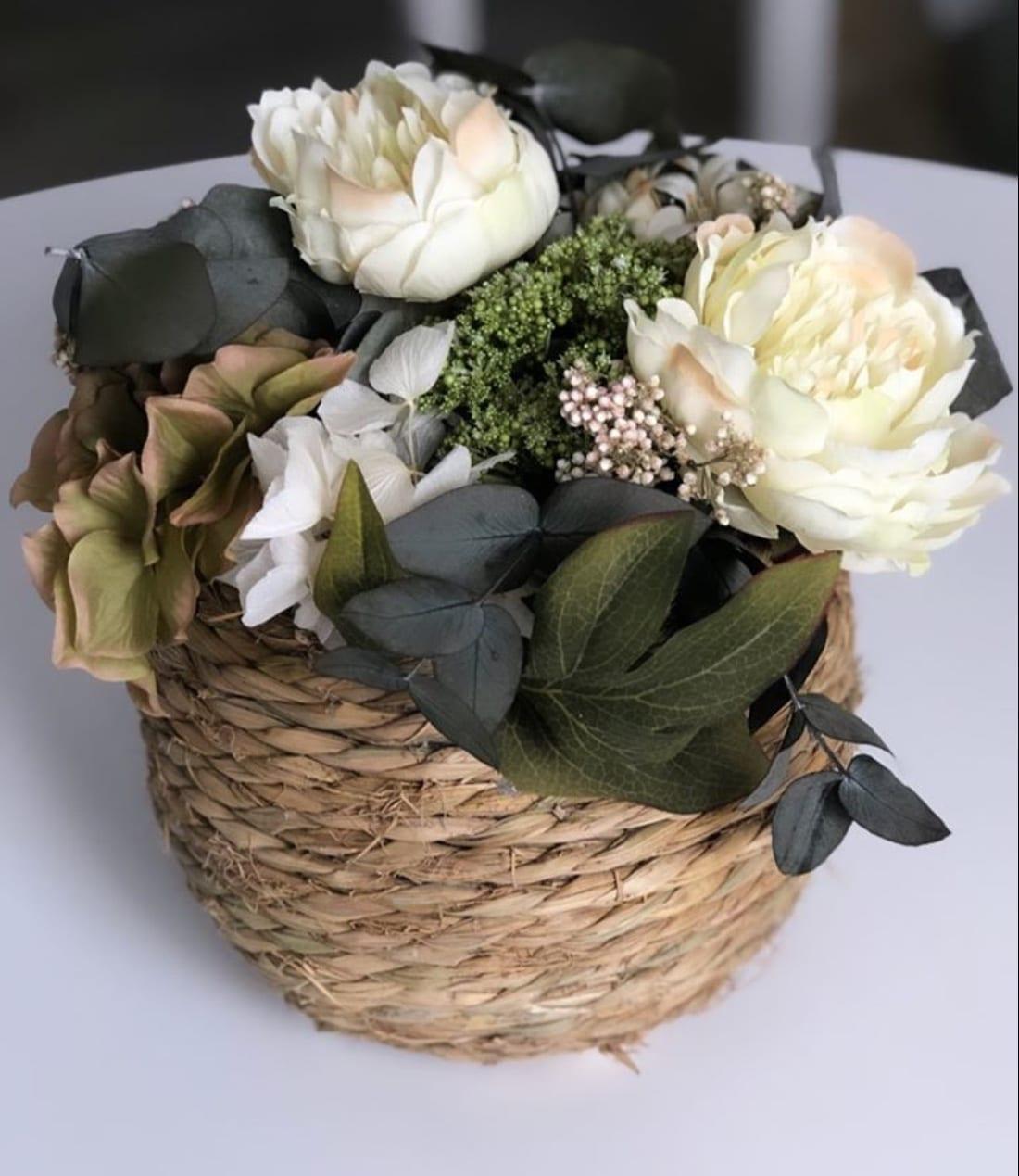 Cesto de esparto con flores decoración