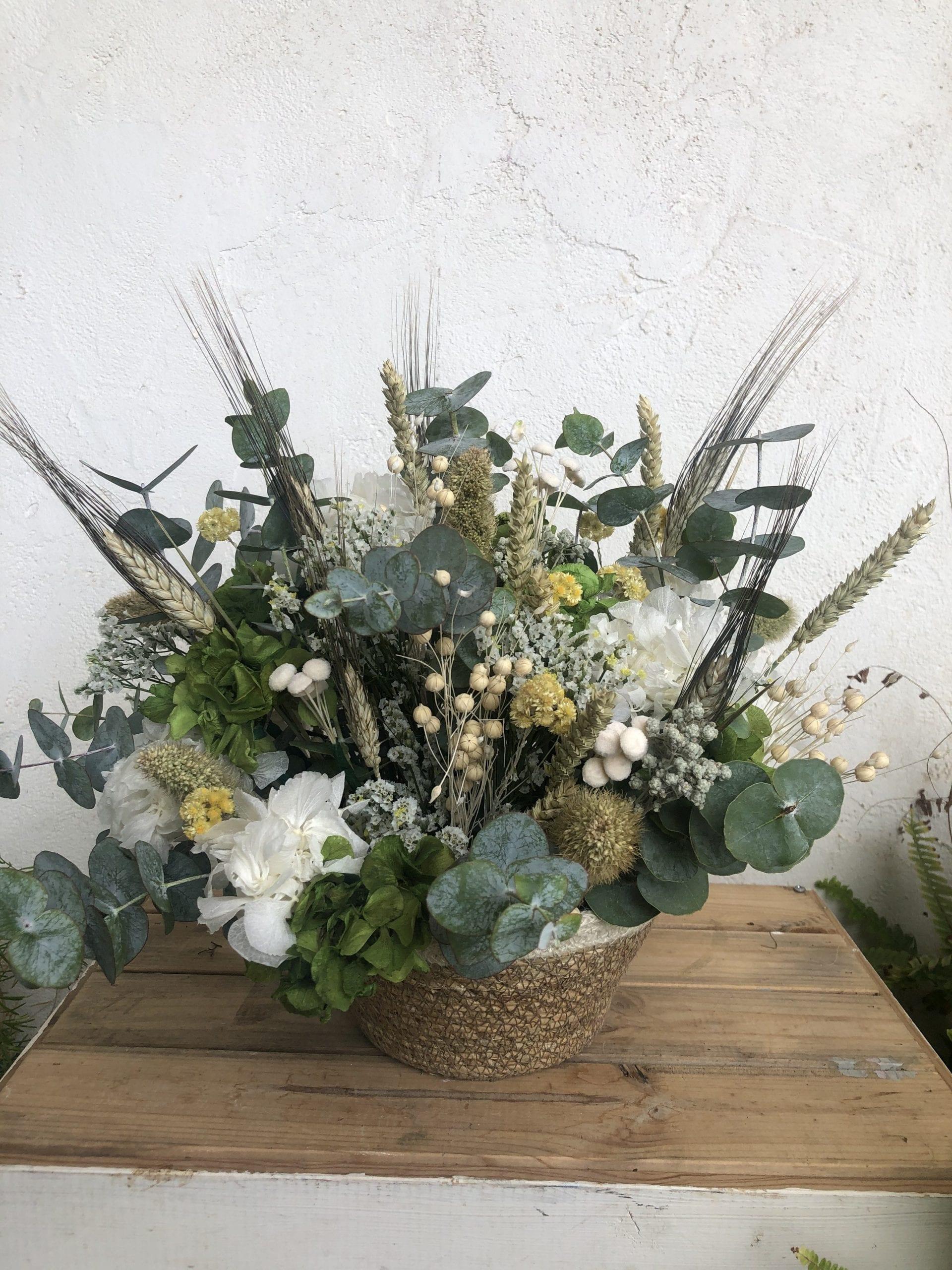 cesto de flores silvestres