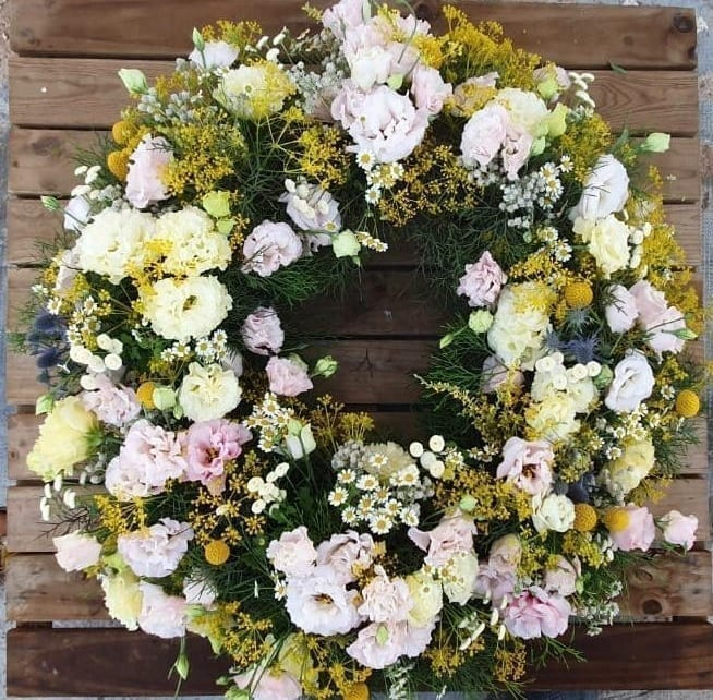 corona de flores decoración puerta